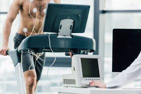 Mann bei einem sportärztlichen Fitness-Test.