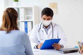 Gespräch zwischen Patientin und Arzt