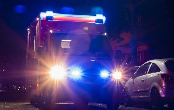 Krankenwagen bei Nacht mit Blaulicht