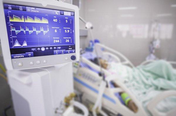 Patient am Beatmungsgerät auf einer Intensivstation