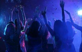 Tanzende Jugendliche in einer Disco