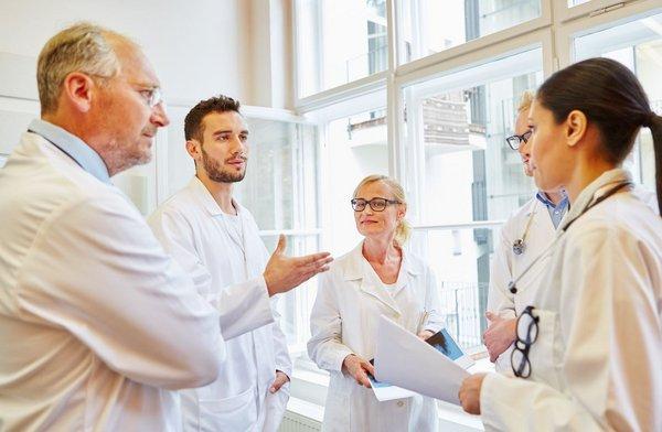 Ärzte diskutieren in der Gruppe